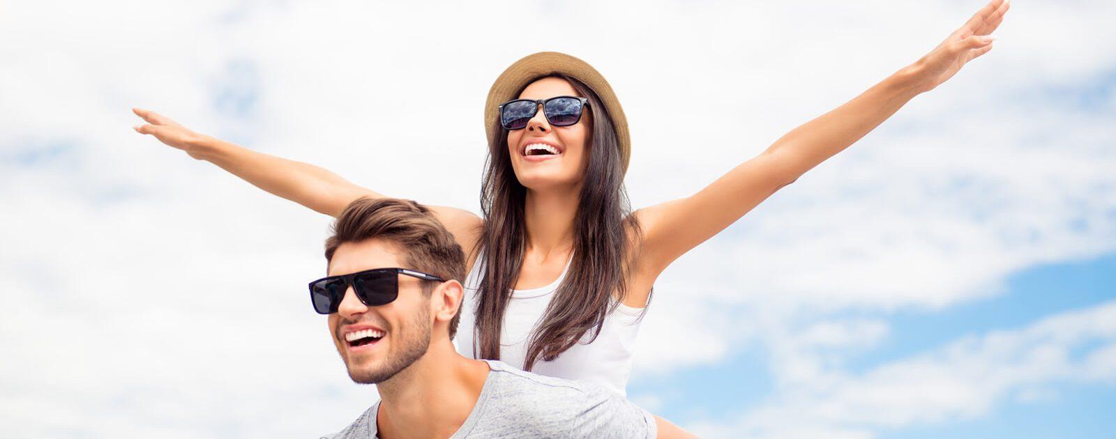 Pärchen im Urlaub befolgt Tipps für Allergiker