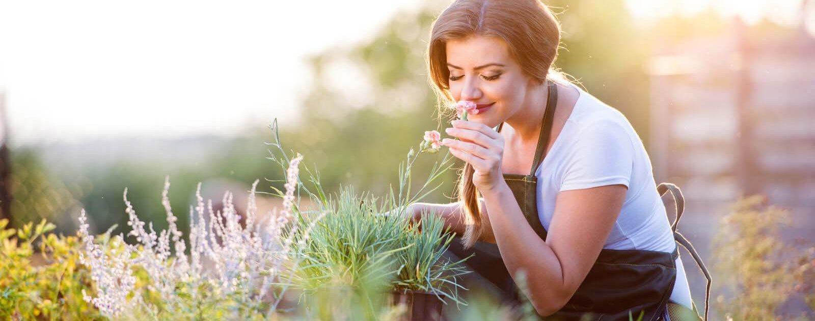Eine junge Frau kann trotz Hyposmie noch den Duft von Blumen riechen
