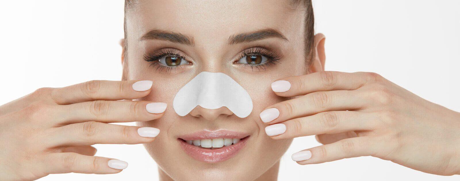 Nach einer Nasenkorrektur hat die Frau wieder eine gerade Nase