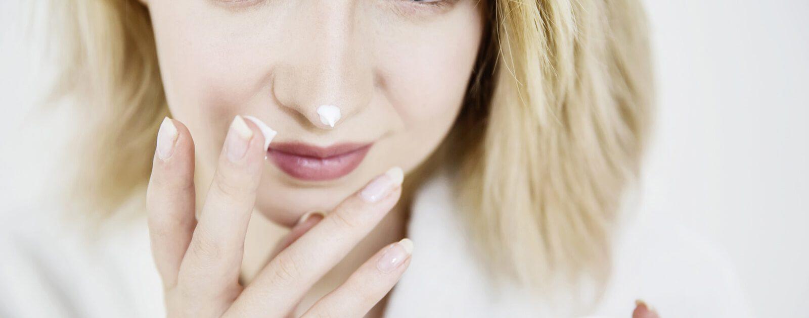 Mit Produkten zur Nasenpflege, wie Salben, trockenen Schleimhäuten vorbeugen.