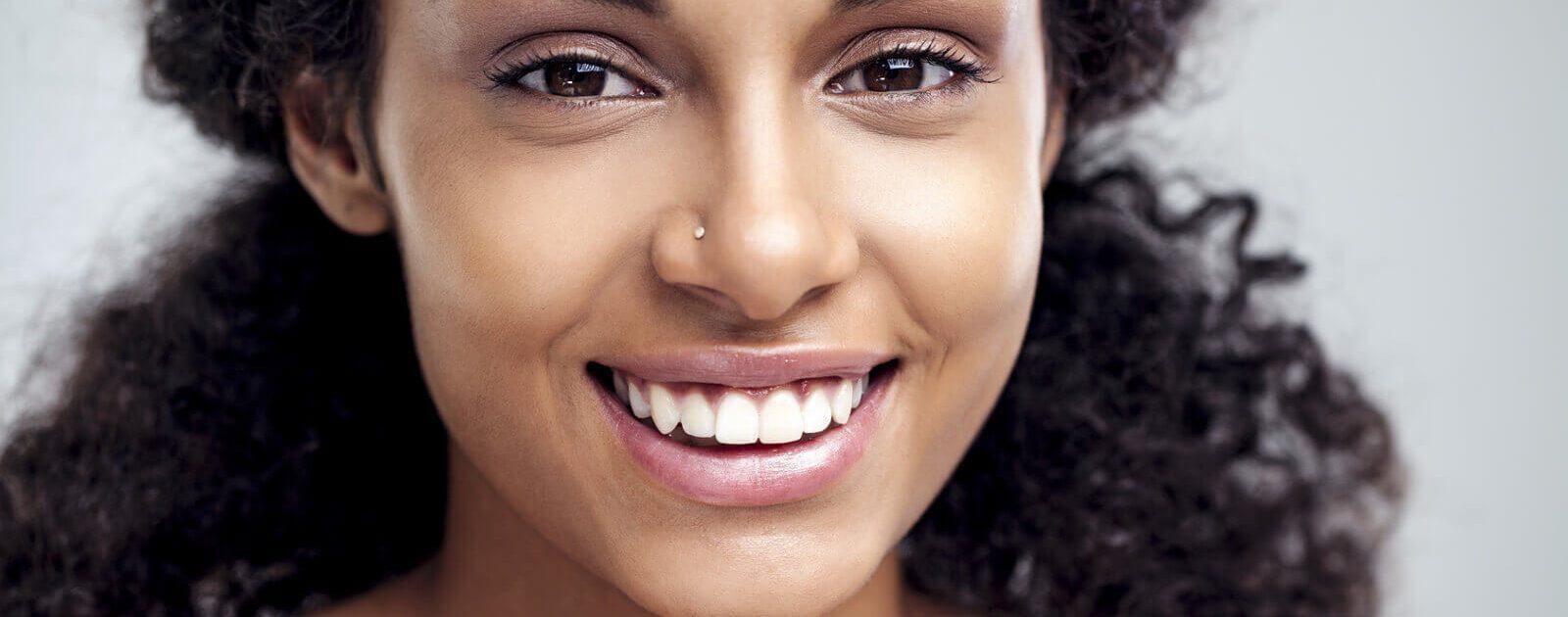 Eine junge Frau hat sich ein Nostril-Nasenpiercing stechen lassen.