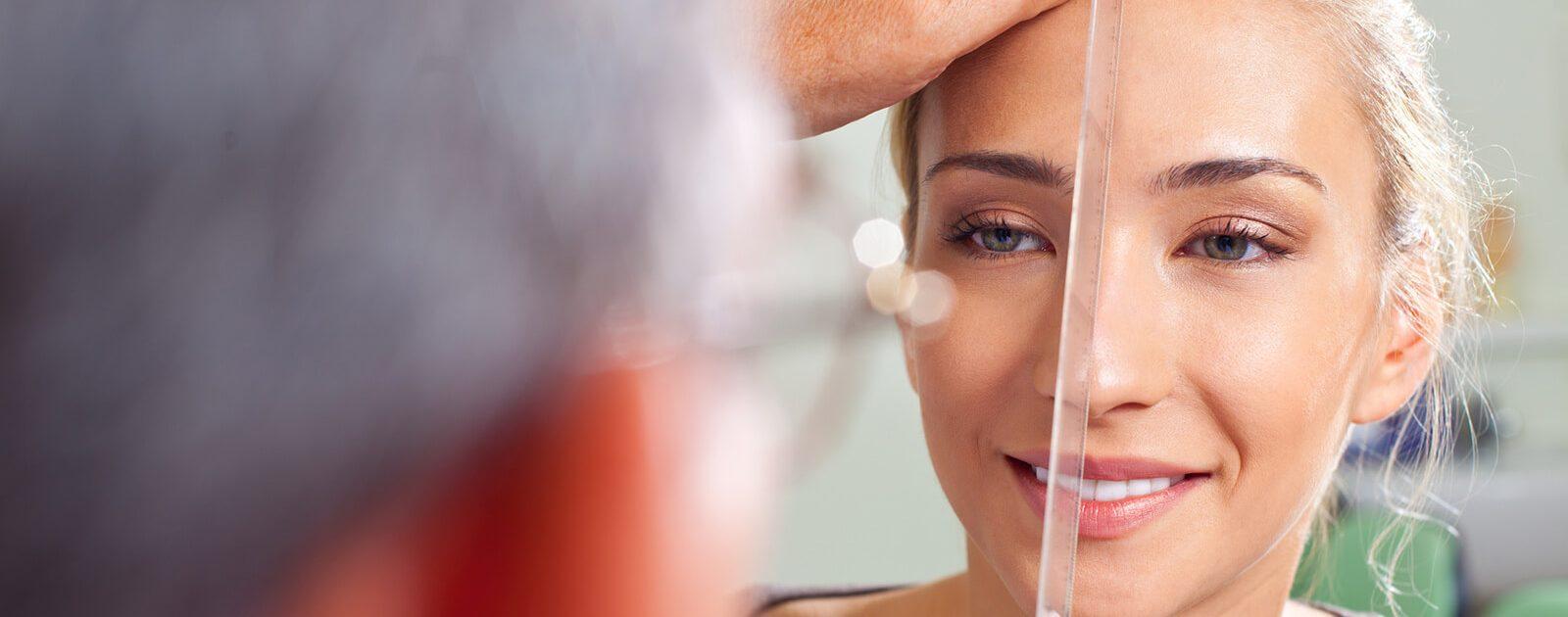 HNO-Arzt untersucht Nasenscheidewand von Patientin