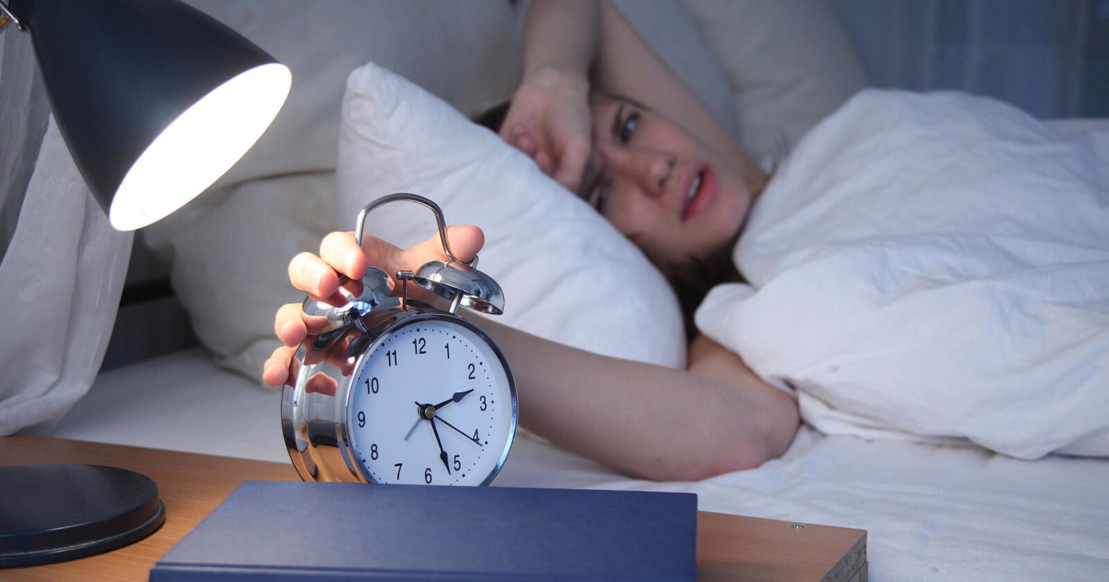 Es gibt viele Symptome bei einer Nasenscheidewandverkrümmung. Eines davon sind Schlafstörungen.