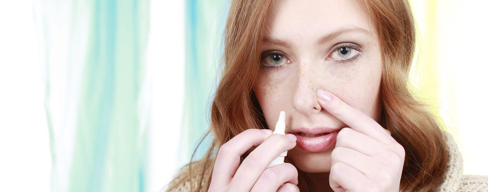 Frau mit Nasenspray Sucht