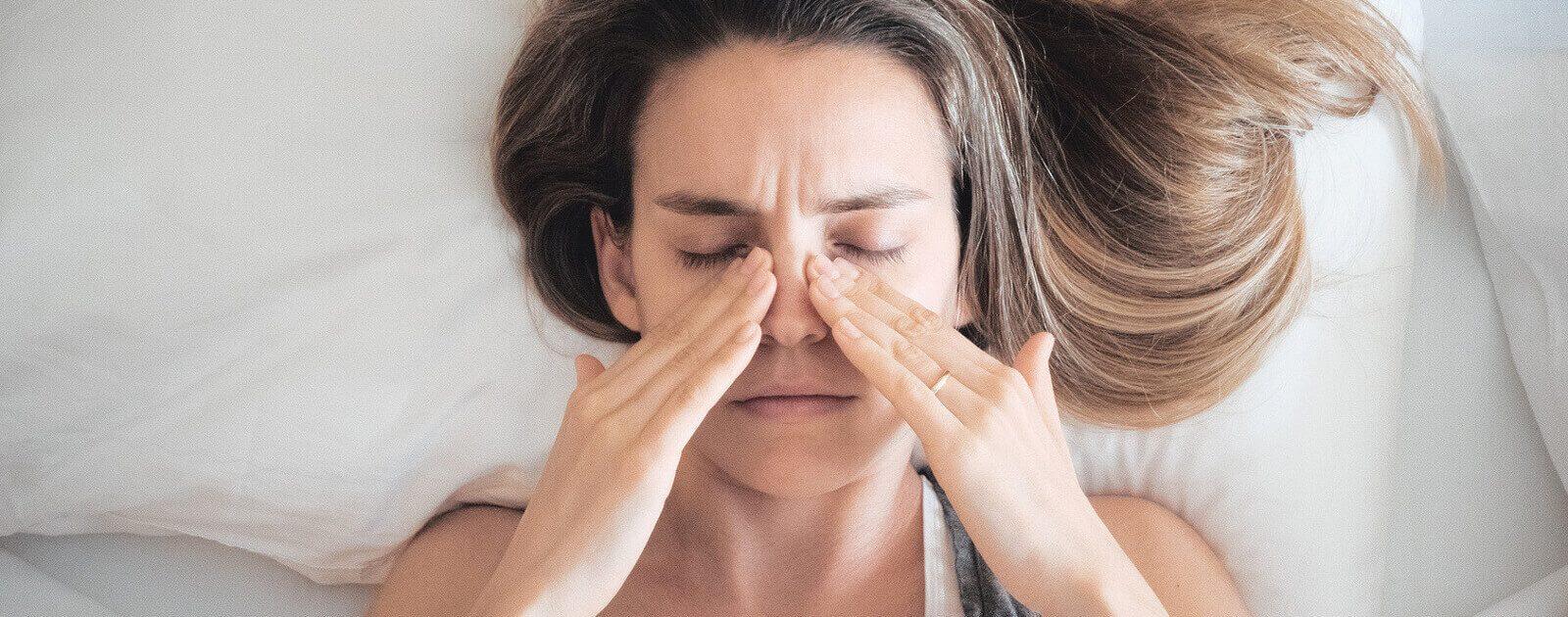 Frau mit angeschwollenen Nasenschleimhäuten wegen Nasenzyklus