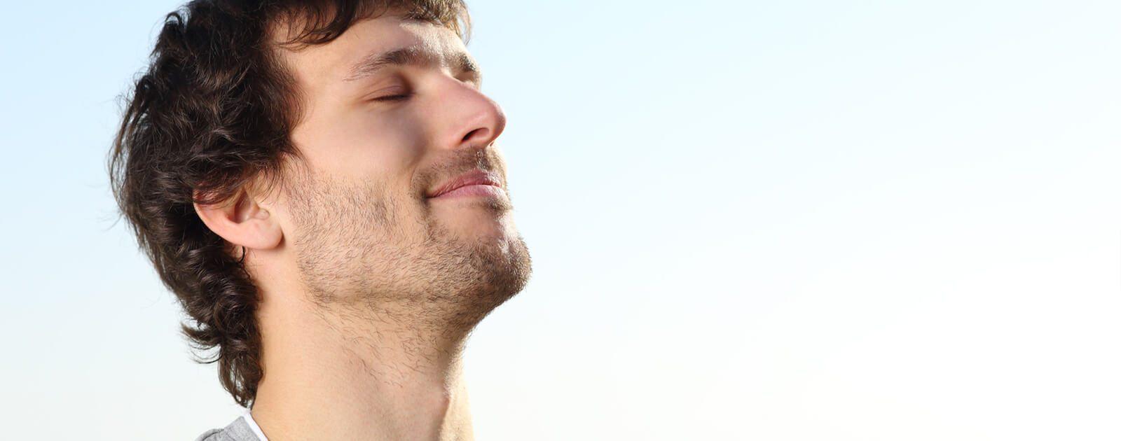 Symbolbild Nasennebenhöhlen – Mann atmet bewusst durch die Nase