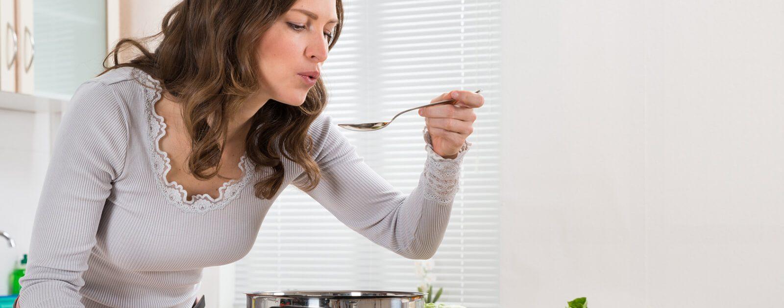 Riechen und Schmecken sind eng verbunden. Das merken wir oft beim Kochen.
