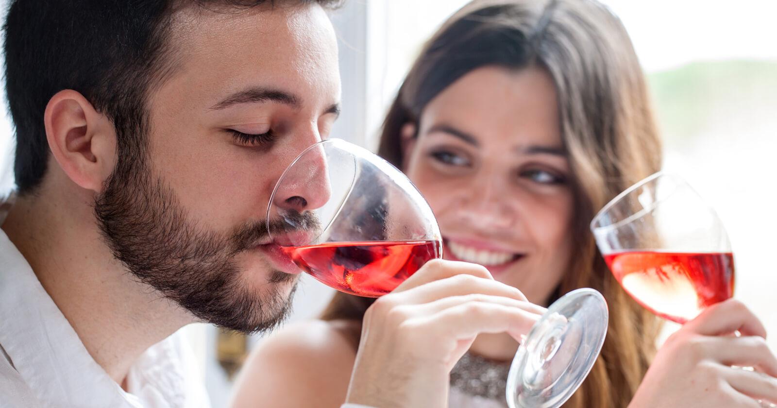 Ursache für Schnarchen kann der Genuss von Alkohol sein.