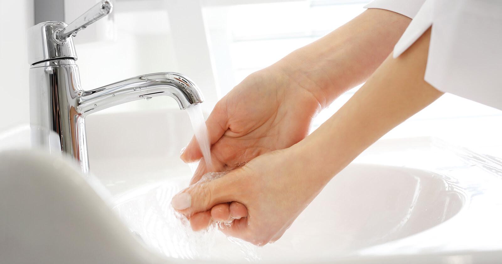 Durch Hände waschen lässt sich Schnupfen vorbeugen.