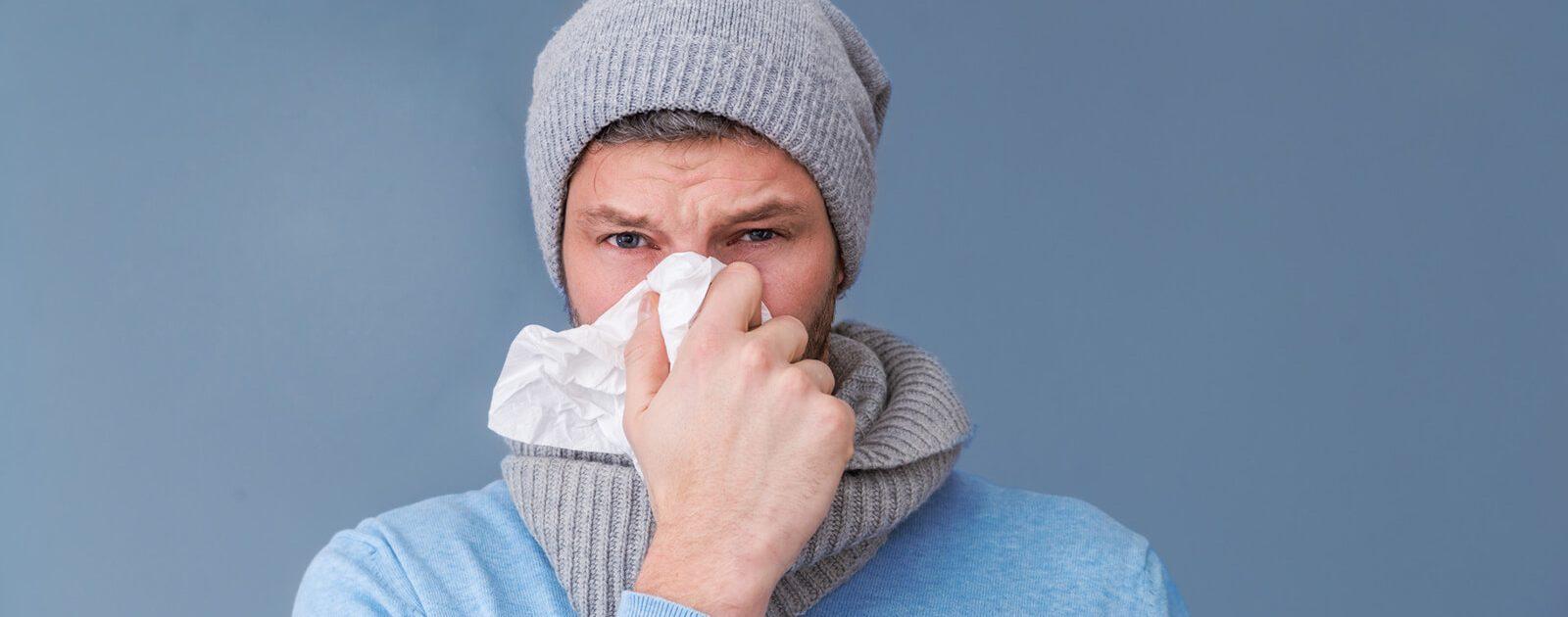 Ein Mann der in ein Taschentuch schnäuzt. Da es verschiedene Schnupfenarten gibt, muss es nicht immer eine Erkältung sein.