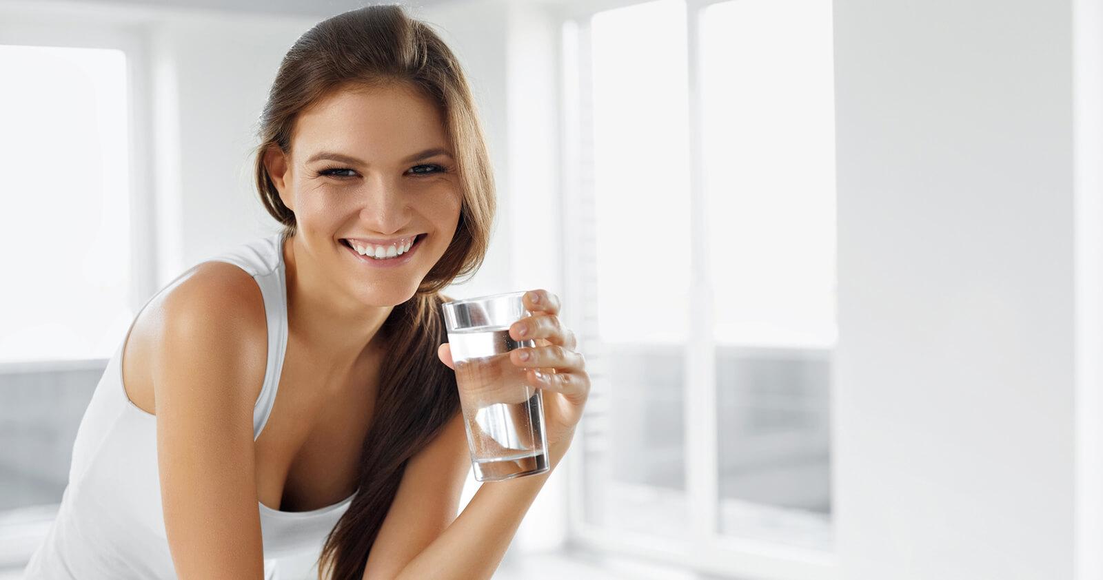 Neben der Behandlung einer Stinknase sollte viel Wasser getrunken werden.
