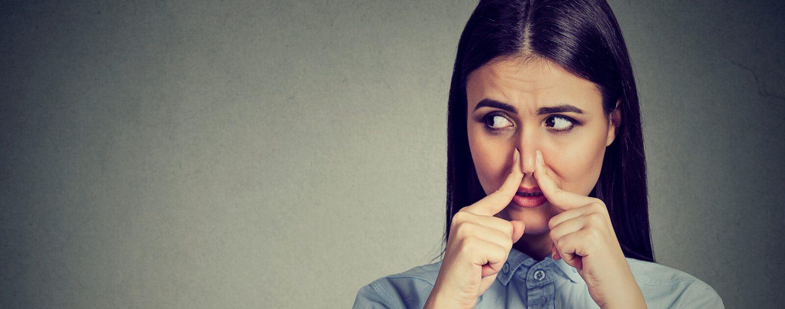 Frau ertastet Aufbau der Nase